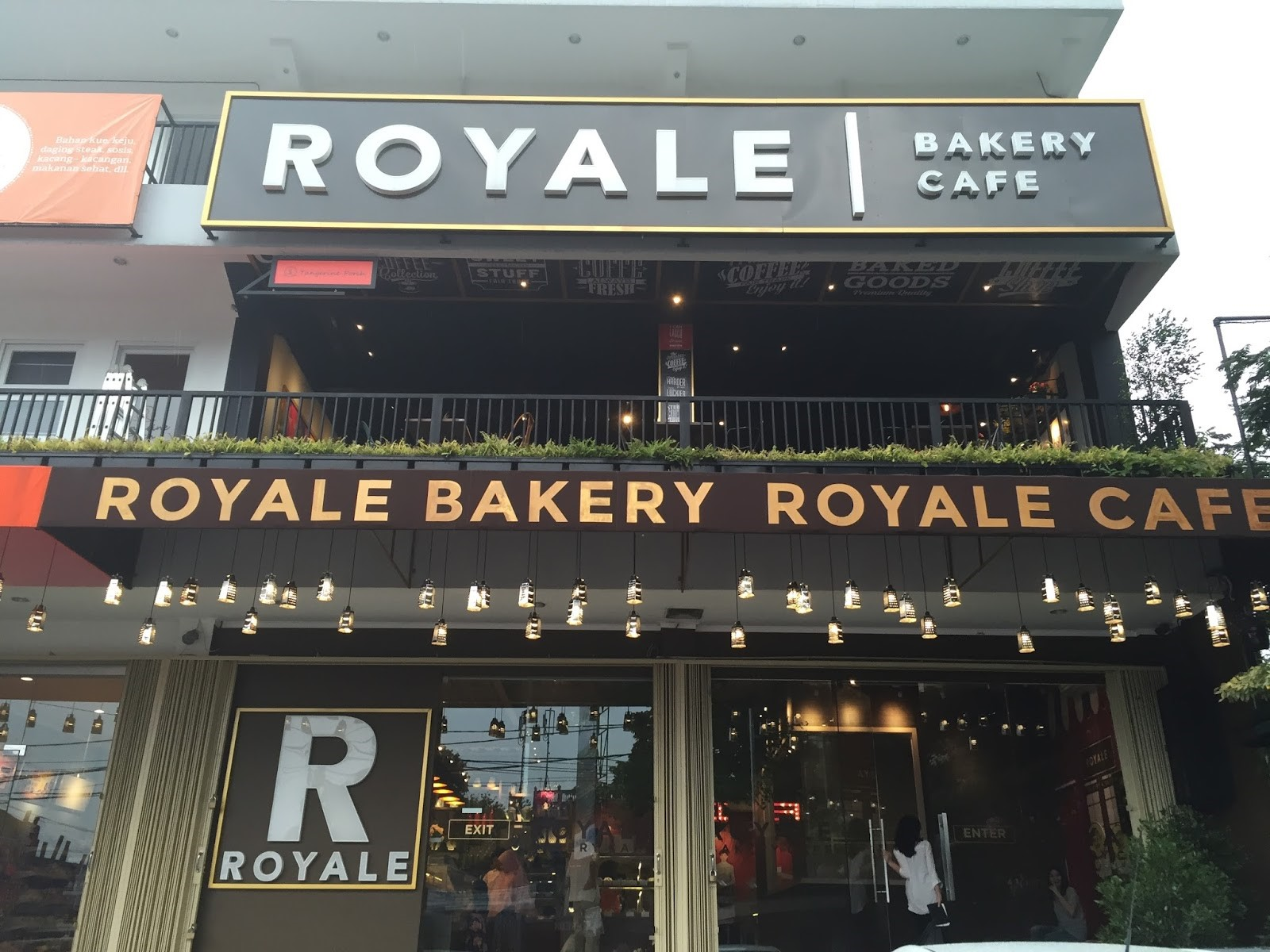 Suasana Makan di Royale Bakery and Cafe